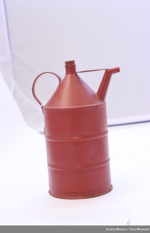 Rød dunk i metall til parafin/bensin. Kork av tre. Håndtak og helletut.