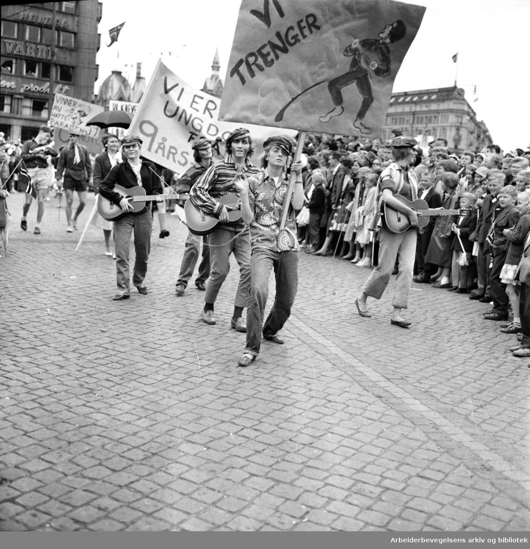 "Russetoget, 17. mai 1959. Plakat: ""Vi trenger ikke Elvis""."