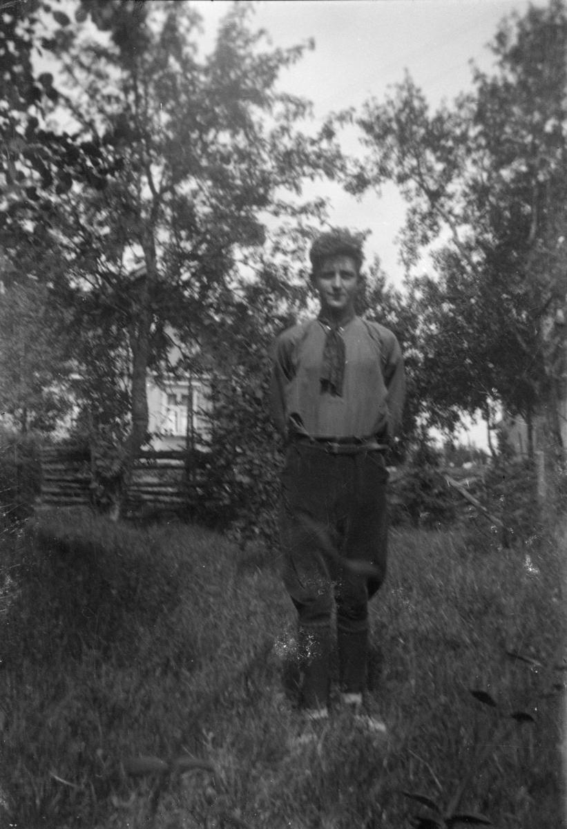 Portrett av ung mann utendørs