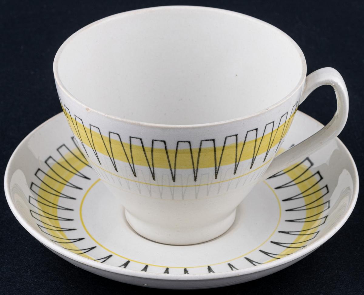 Kaffekopp med fat, modell BT i dekoren Palace. Svart stämpeldekor med gult band.
