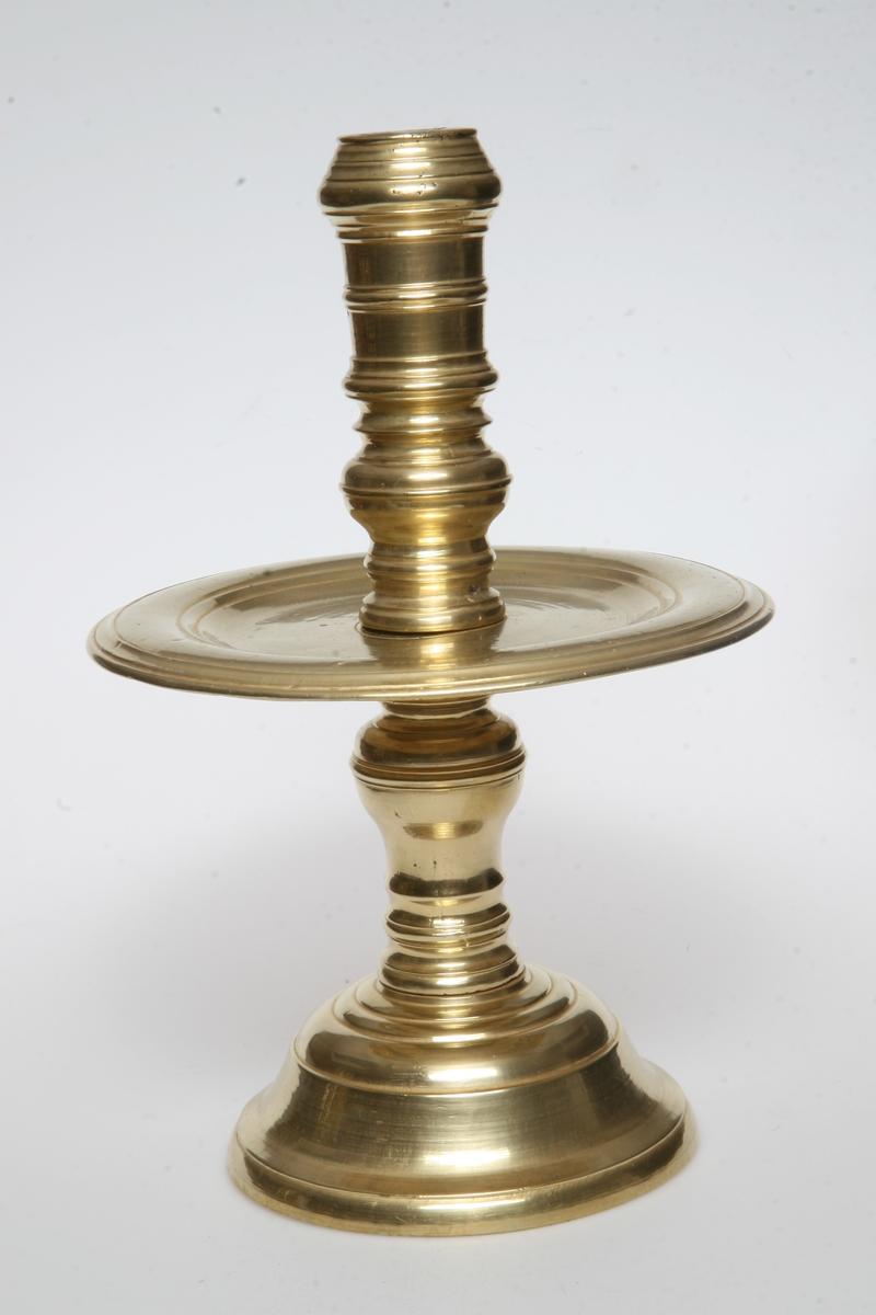 Kraftig profilert pipe, rund fot, stor plate midt på pipen. Lik som AS.310572.
