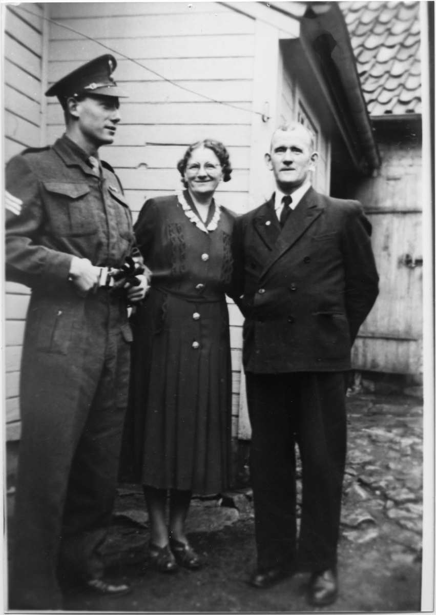 Familien Bjorheim i bakgården til Elvegaten 15