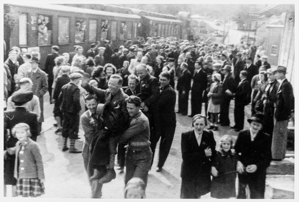 Toget med Grini-fangene på Helleland stasjon