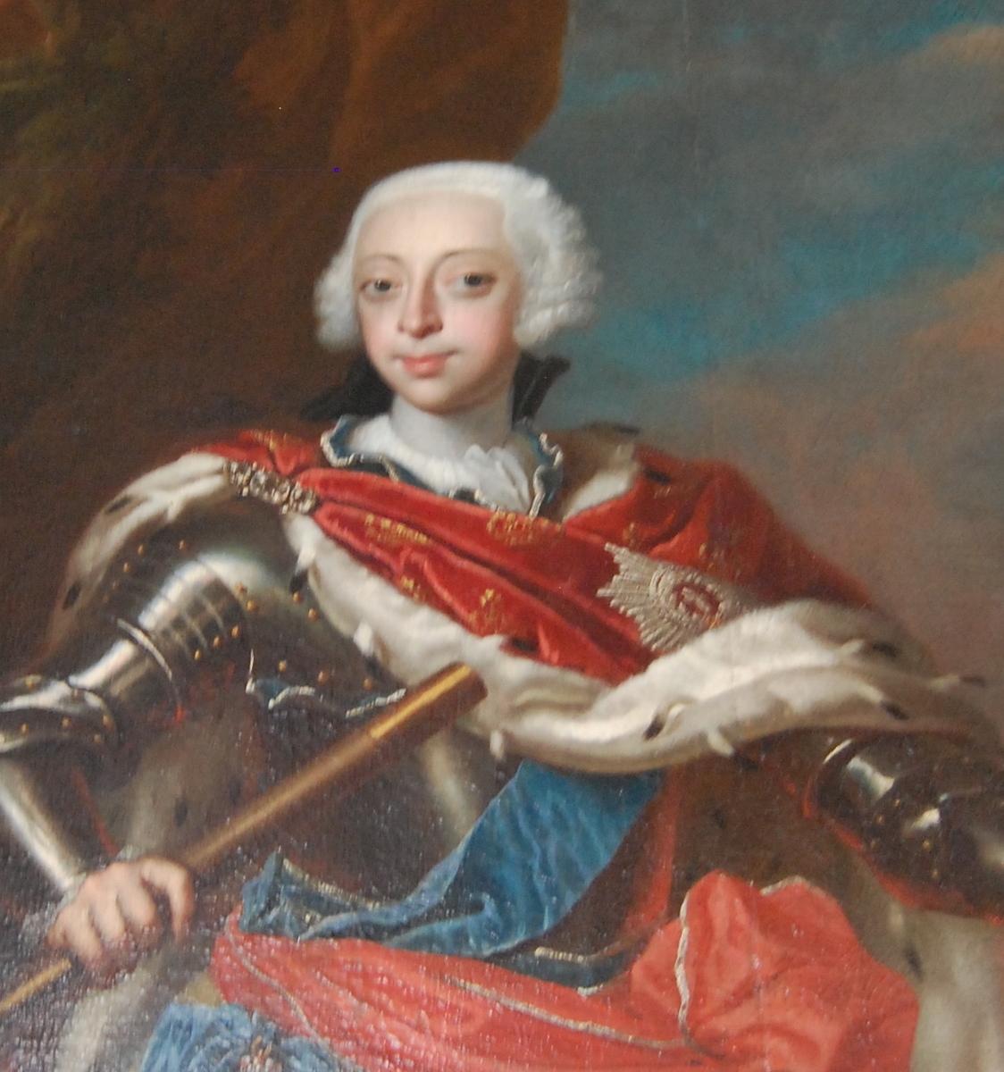 Portrett av Fredrik V av Danmark i helfigur, stående, ikledd en gul tunika under en brystplate, med en rød kappe med hermelinpels.