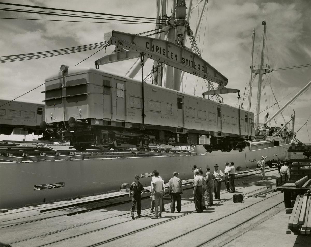"M/S 'Belkarin' (b.1954)(N.V. Scheepswerf ""De Hoop"", Lobith), - laster 12 togvogner på vei til Madras."