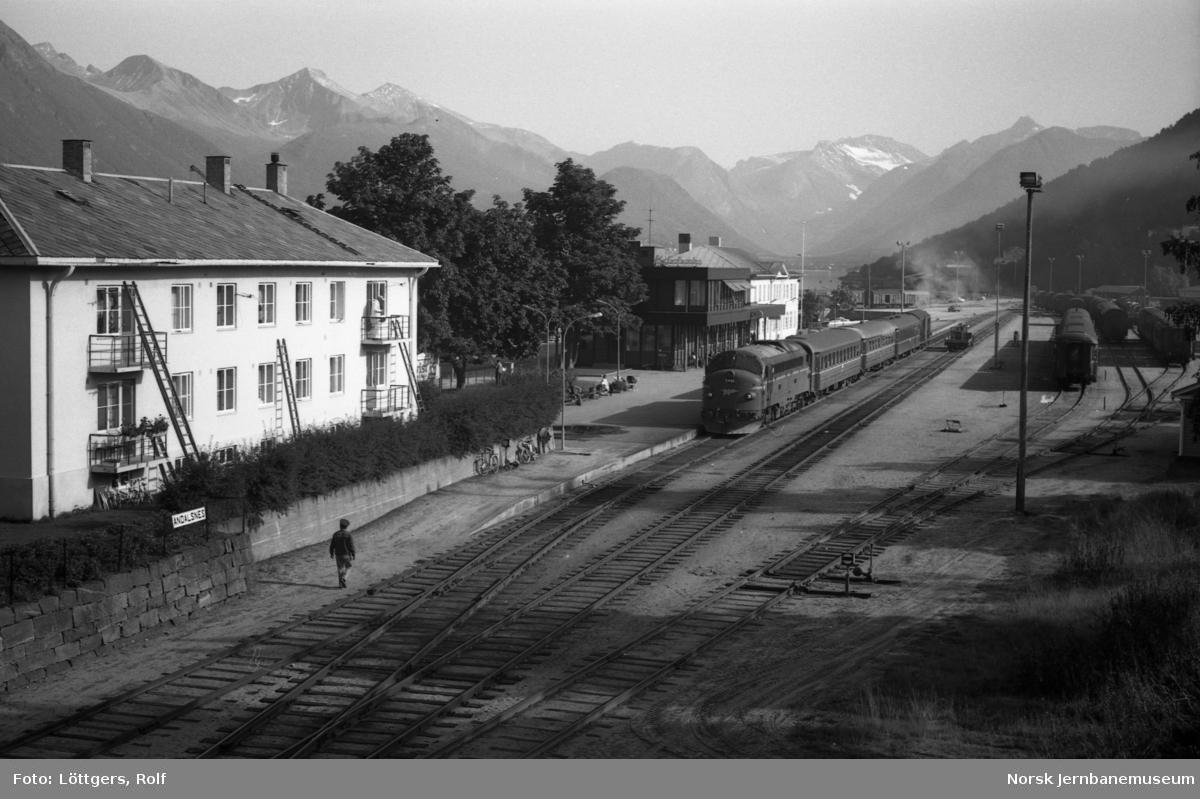 Diesellokomotiv Di 3 642 med dagtoget til Oslo, tog 352, på Åndalsnes stasjon.