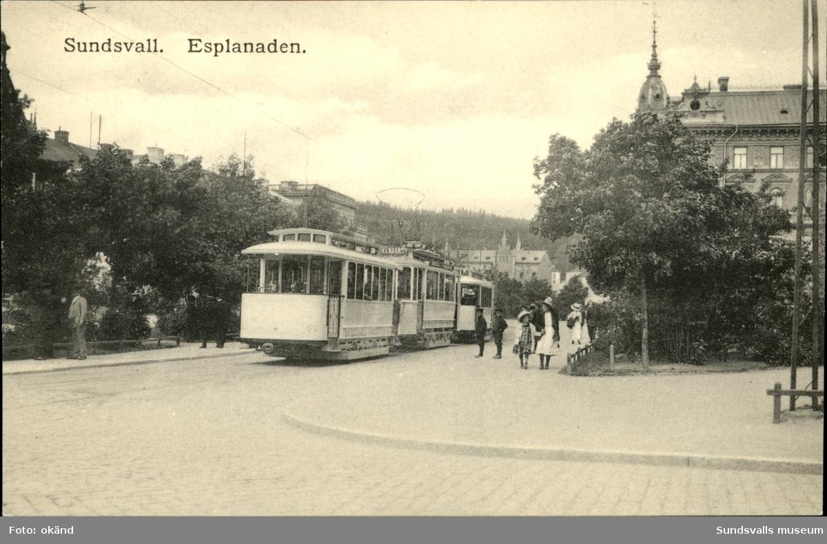 Vykort över en spårvagn på Esplanaden i Sundsvall.