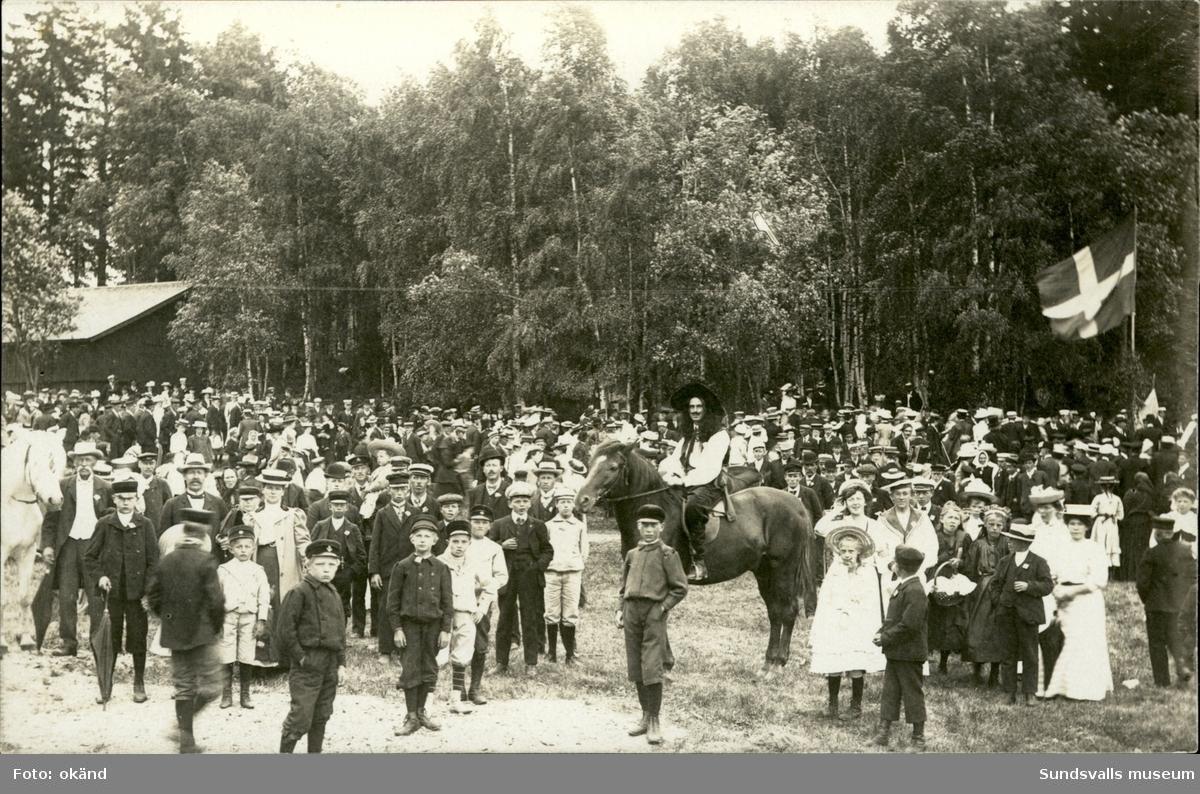 Privattaget vykort med motiv av många barn och en man till häst. Troligen Barnens Dag.