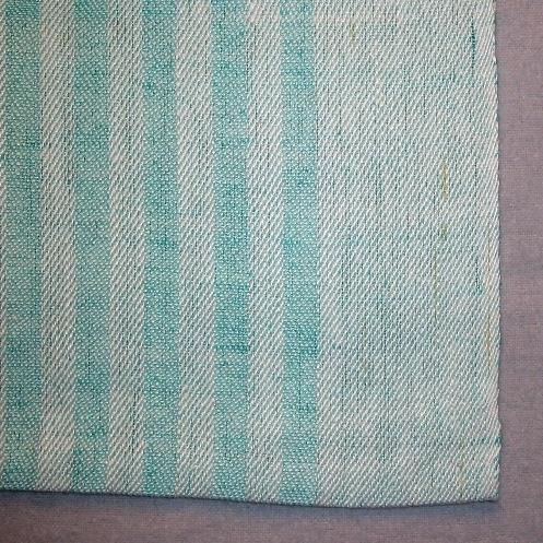"""Långrandig handduk, tre stycken, vävd i kypert på sex skaft med längsgående ränder i varp- och inslagseffekt. Varpen består av halvblekt tvåtrådigt lingarn och inslaget av färgat entrådigt lingarn. Handduken med inv.nr. 1:1 har svart inslag, inv.nr.1:2  har ljust blågrönt (turkost) och inv.nr.1:3 har rosa inslag. Handduken har en 55 mm bred bård i vardera sidan och 1 centimeter breda ränder där emellan. Det är en smal tråcklad fåll i kortsidorna och ett smalt bommullsband fastsytt som hank mitt på en kortsida.  Den svarta handduken har en pappersetikett fastknuten i nedre vänstra hörnet . texten lyder:""""Längs"""" kypert, MATERIAL Ling 28/2 16/1, FORM/URSPRUNG Ann-Marie Nilsson"""". På andra sidan av etiketten är dett en spånfågel och det står """"Länshemslöjden SKARABORG SKÖVDE"""". Den turkosa handduken  har en likadan etikett, men där står även """"PRIS ej till salu"""".  I det vänstra hörnet är handdukarna märkta med ett bomullsband med texten R1:1, R1:2 respektive R:3.  Handduken med modellnamn Längs är formgiven av Ann-Mari Nilsson och tillverkad av Länshemslöjden Skaraborg. Den finns med  på sidan 8-9 i vävboken Inredningsvävar av Ann-Mari Nilsson i samarbete med Länshemslöjden Skaraborg från 1987, ICA Bokförlag. Se även inv.nr. 2-40."""