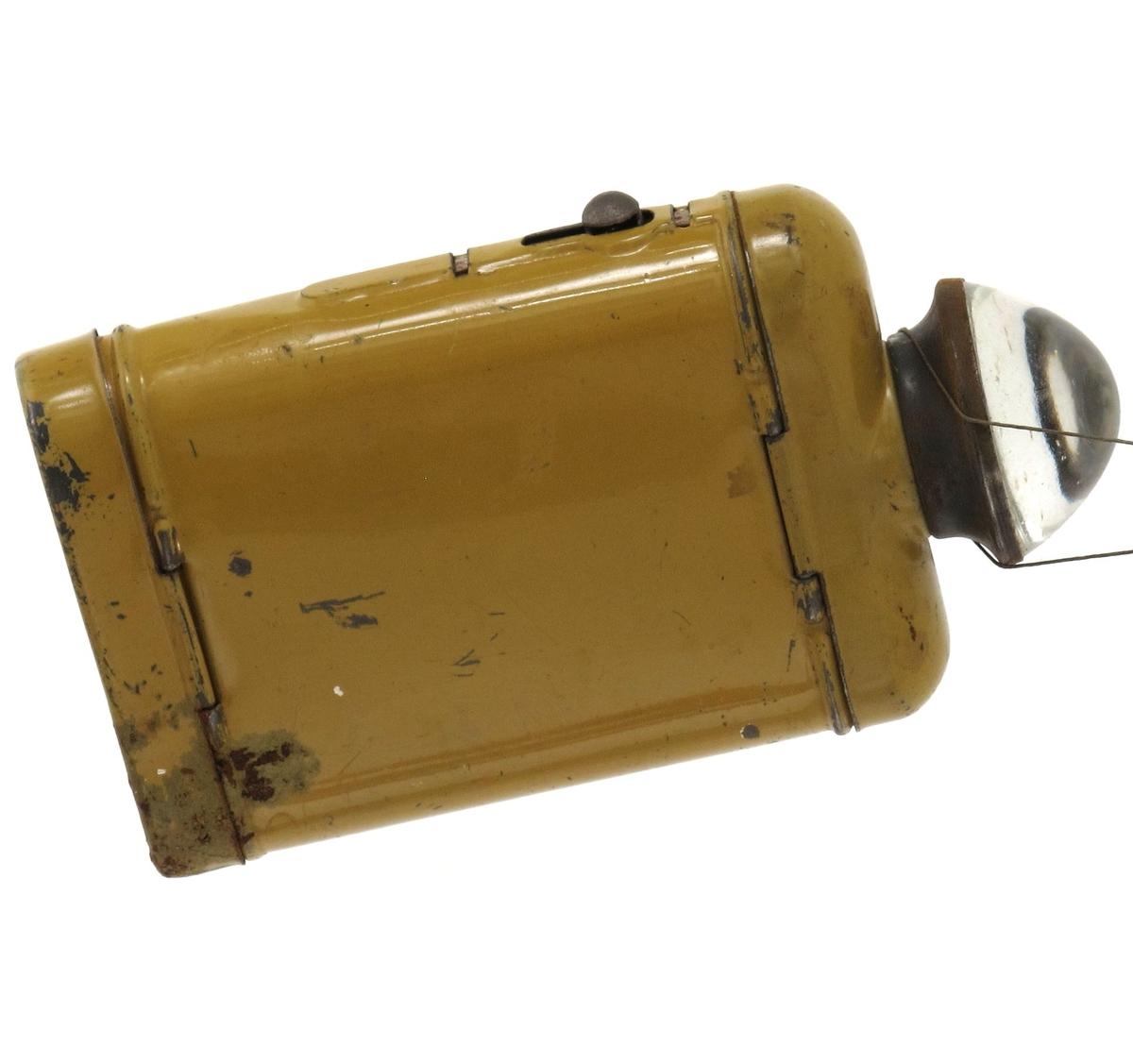 Lommelykt for ett flatt batteri. Glass med linse som sprer lyset. Olivengrønn farge.