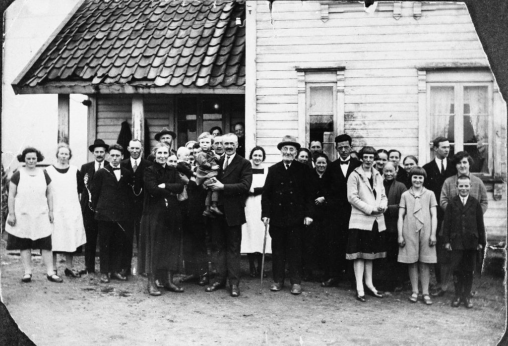 Frå sølvbryllupet til Kristina f. Njå 1883 - 1985) og Carles Søyland (1879 - 1949). Sølvbrudeparet står til venstre, Carles med yngste barnet, Liv Søyland (1924 - 1992) på armen. Heile familien reiste i september 1927 til Canada.