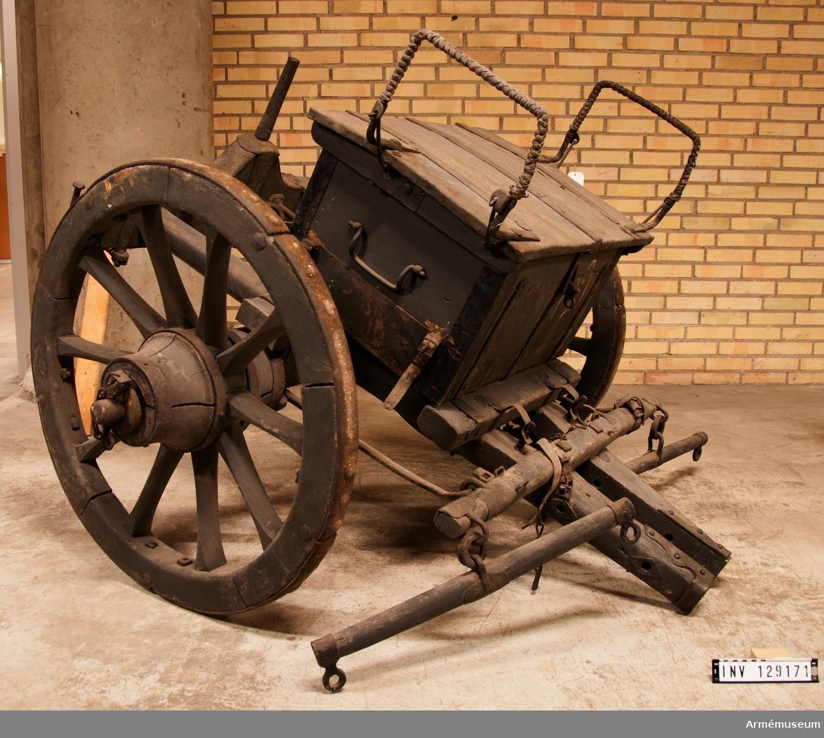 Föreställare som ursprungligen använts av den franska armén under Napoleon I. Endast underredet är ursprungligt medan ammunitionskistan är tillkommen senare på Carl von Cardells initiativ.  Underredet är framtill försett med förvåg och två svänglar samt fäste för tistelstång. Mellan tvärslån och förvågen finns två metallbyglar som är låsbara med en sprint. Baktill en kraftig järnpigg där kanonens lavett fästs. Kistan är lös och kan flyttas framåt och bakåt och fixeras med hjälp av haspar. Den är förstärkt med järnplåt vid hörnen, i nederkant och på locket. På kistans kortsidor finns bärhandtag och på lockets sidor finns uppfällbara handtag som är klädda med flätad läderrem. Inuti är kistan försedd med träinsats för kartuscher./ KT 2018-02-06