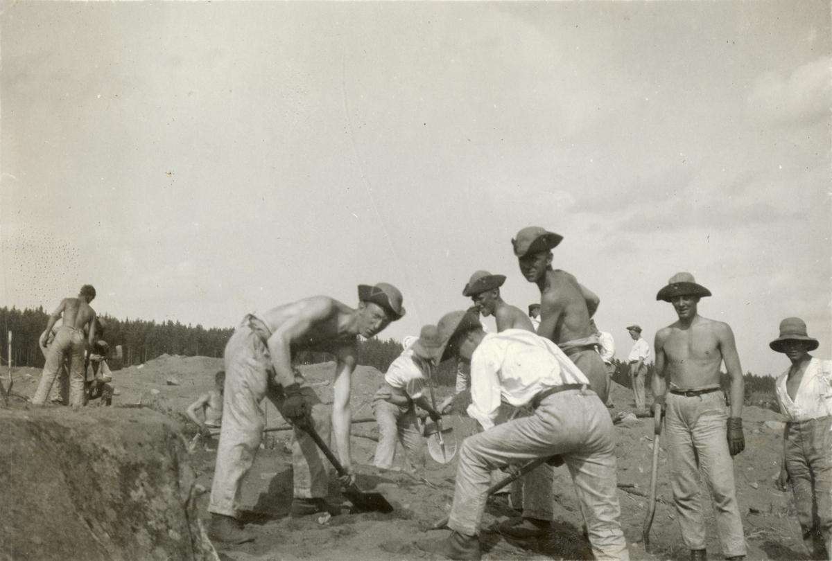 Elever vid Krigsskolan Karlberg gräver skyttegravar.