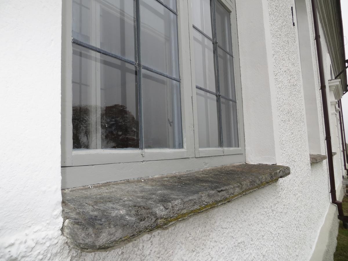 Detaljbild av fönster på Bredaryds kyrka, Värnamo kommun.