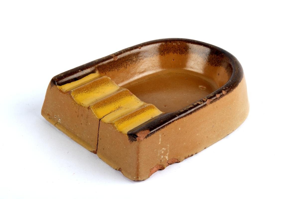 Askebeger av keramikk med utformet kant til å legge sigaretter på.