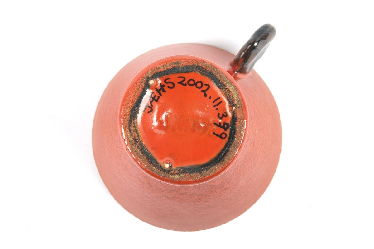 Kopp i uranrød farge.