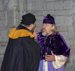 Biskop Mogens oppdager at hans egen svenn, Åge, har skiftet side politisk. (Foto/Photo)