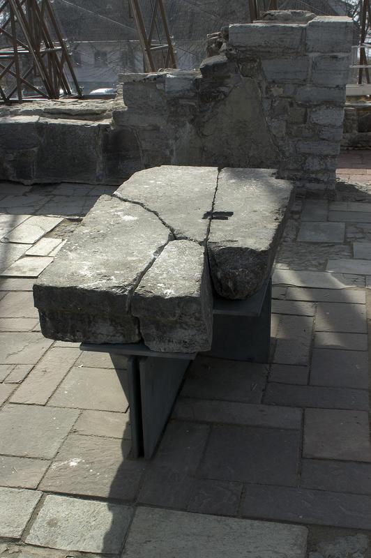 """En stor, rektangulær stein med et firkantet """"hull"""" er et middelalderalter med et relikviegjemme."""