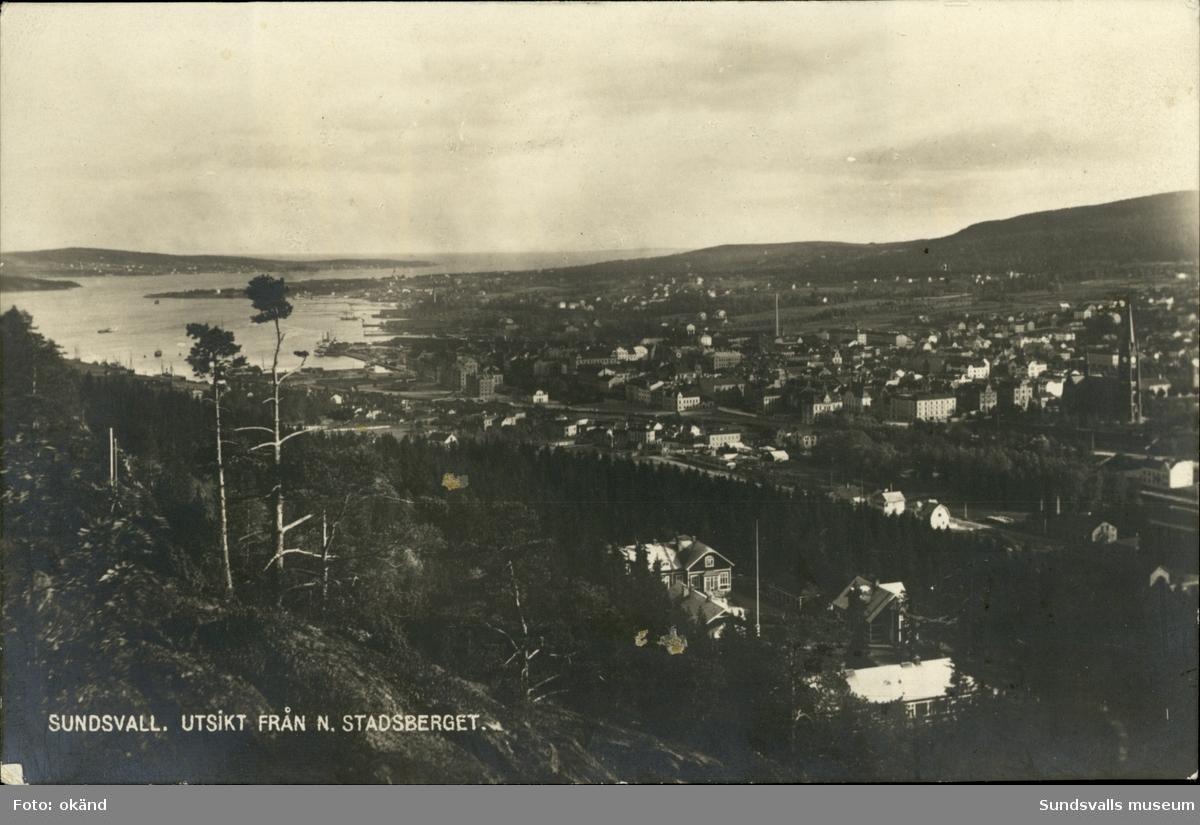 Vykort med motiv över Sundsvall med utsikt från Norra stadsberget.