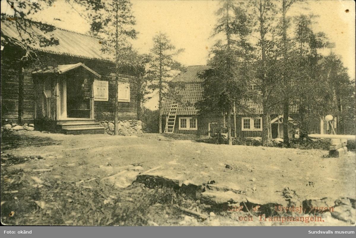 Vykort med motiv över Bredsjöstugan och trampmangeln på Norra Stadsberget i Sundsvall.