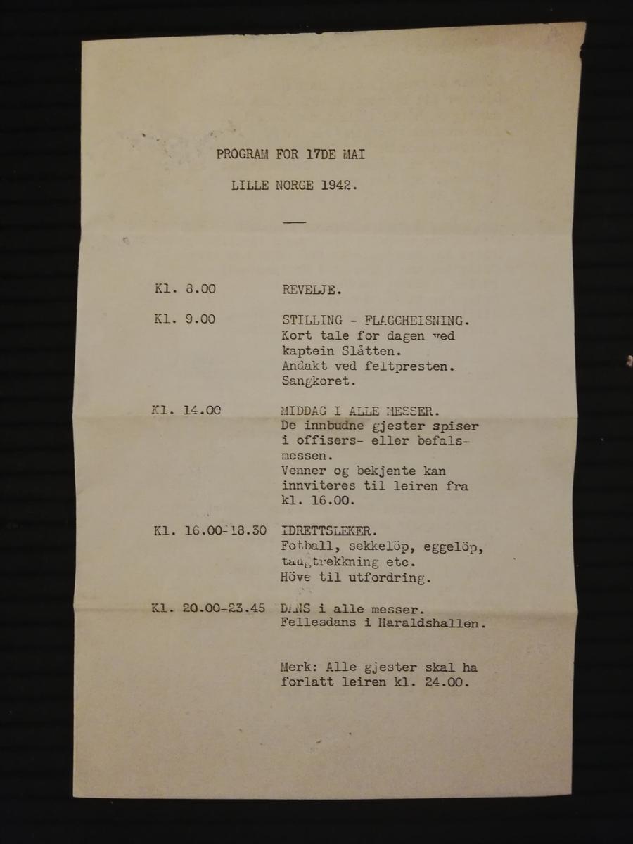 Maskinskrevet program for 17. mai, A4 ark brettet til A5 størrelse. Inneholder også noen norske sanger.