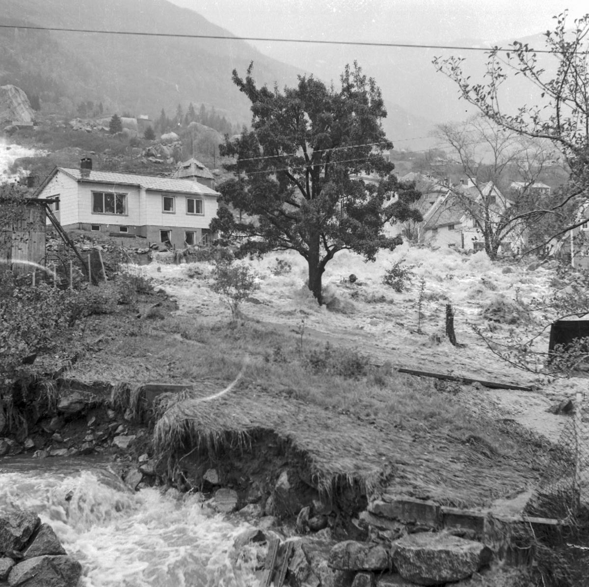 Flaum på Egne Hjem, 18.10.1962, elv, jord og steinras, bustadhus, tre,