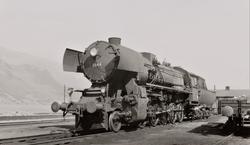 Damplokomotiv type 63a nr. 5844 ved lokomotivstallen i Åndal