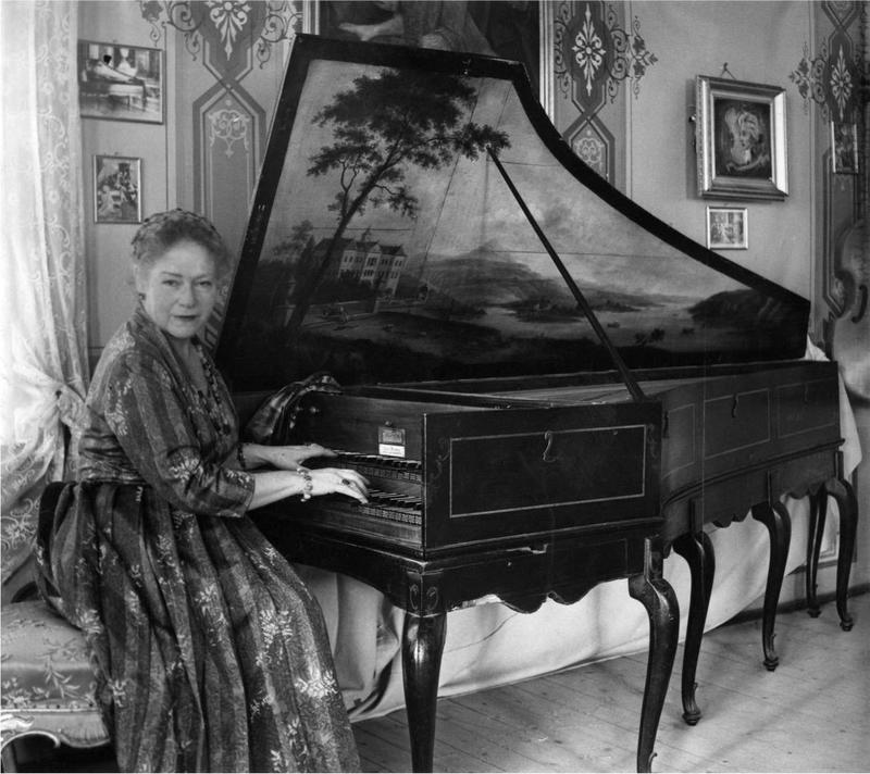 Victoria spiller i Havestuen. Foto: Ringve Musikkmuseum (Foto/Photo)