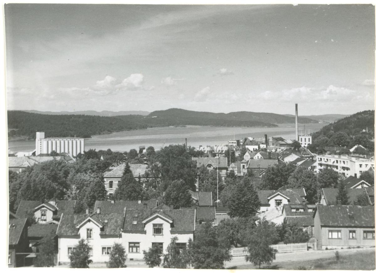 Fotograf har stått i Bytårnet. Detaljer: Byfogd Sandbergs gate, Mølla, Peterson.