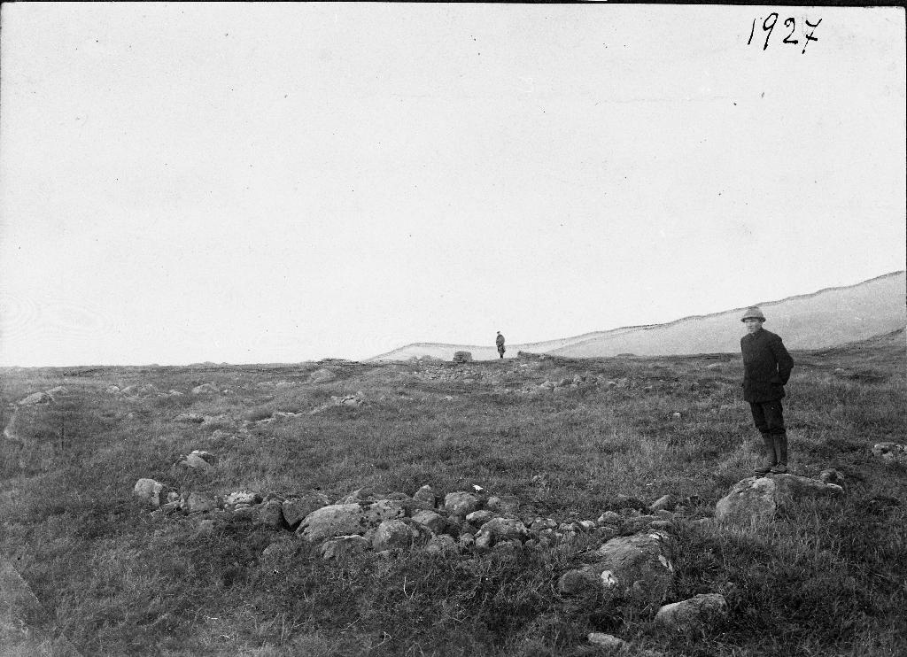 Hustufter frå folkvandringstida på Lyngaland før dei vart utgravne. Mannen til høgre er Aadne Sæland, eigar av garden på den tid.