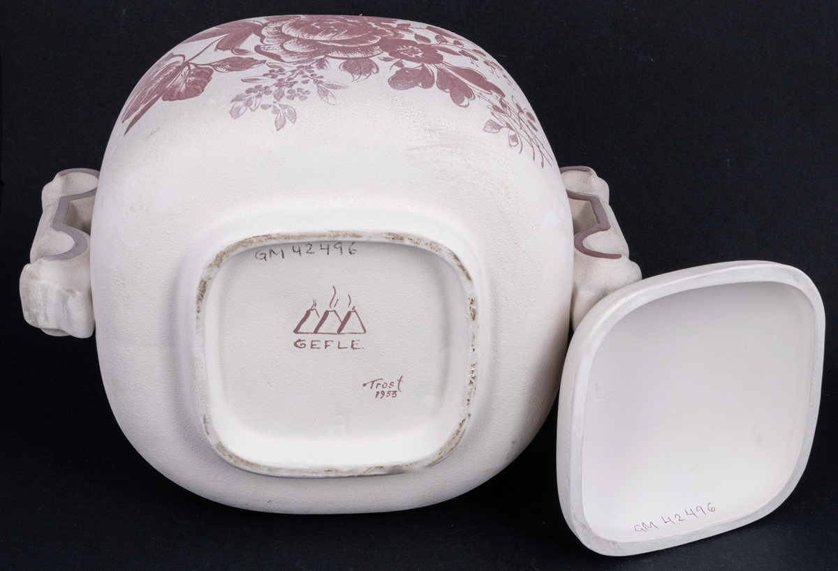 Oglaserad, dekormålad urna, modell A, av vitt lergods, ej färdigställd produkt från Gävle porslinsfabrik. Märkt Gefle Trost 1953.