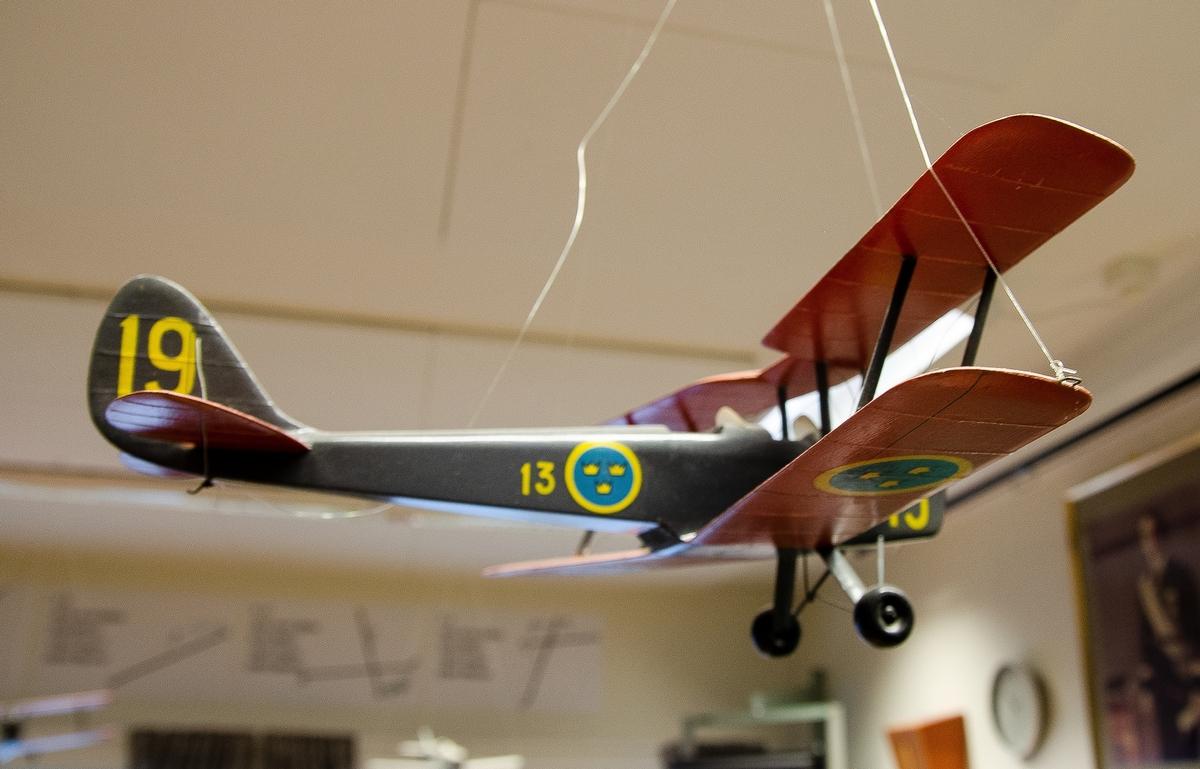 Skala 1:20, SK 11 DH 82 Tiger Moth.Målning enligt Målningsritningar för flygplanstypen och märkt med gula siffror 19 samt flottiljbeteckning F 13.