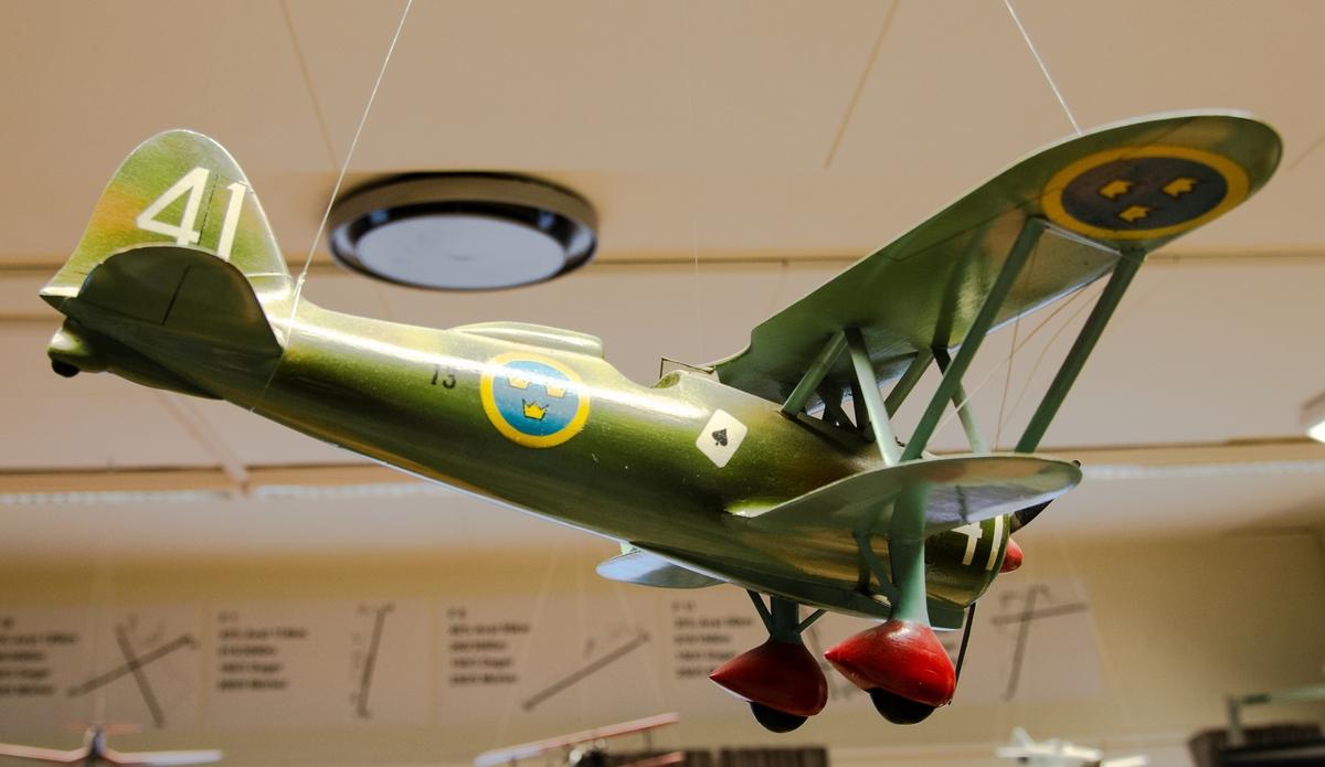 Skala 1:20 J 11, Fiat CR 42. Modellen är målad enl Målningsritningar för flygplanstypen och märkt med vita siffror 41 samt spader ess, F 13.