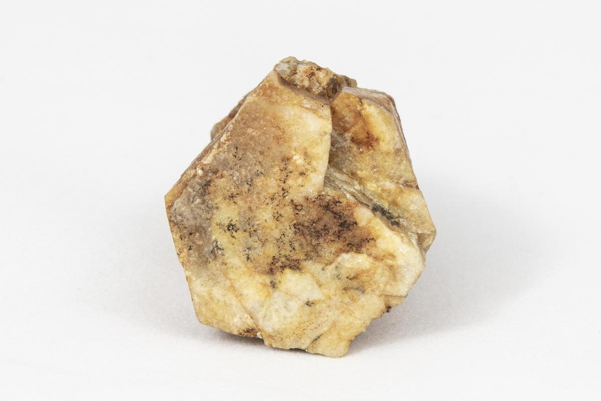 Ett mineral med sexkantig kristallform. Den formen är tydlig i detta exemplar. Det som glittrar är vit glimmer.  Beryll används bland annat till smycken och kan ha flera olika färger som den får av olika orenheter. En extremt klar, genomskinlig variant som är grön kallas smaragd, akvamarin om den är blå, bixbit om den är röd och heliodor om den är gul. Exemplaret kommer från Italien och ingår i Adolf Andersohns samling.