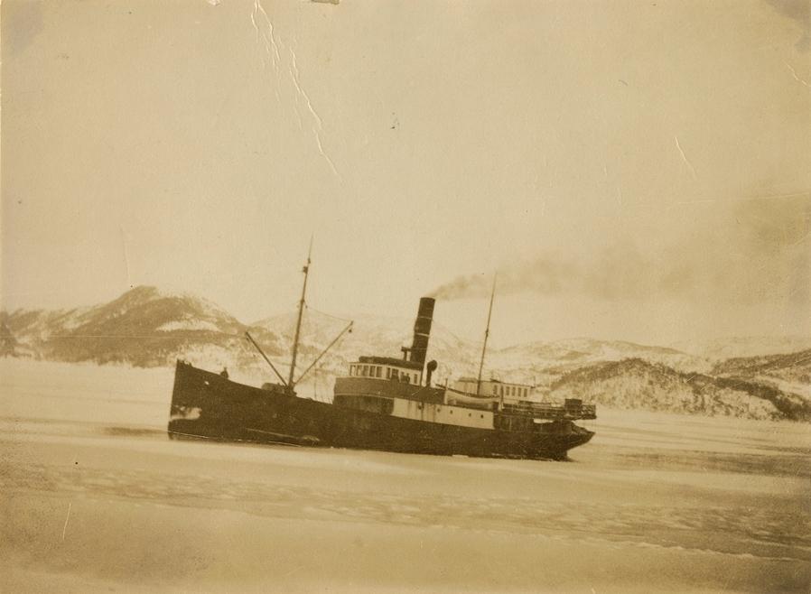 Motivet viser DS OSTER (bygget 1908) på islagt sjø.