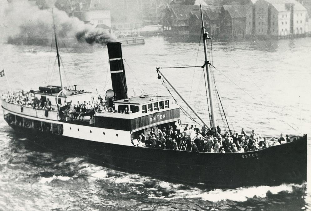 Motivet viser DS OSTER (bygget 1908) på vei ut fra Bergen havn.