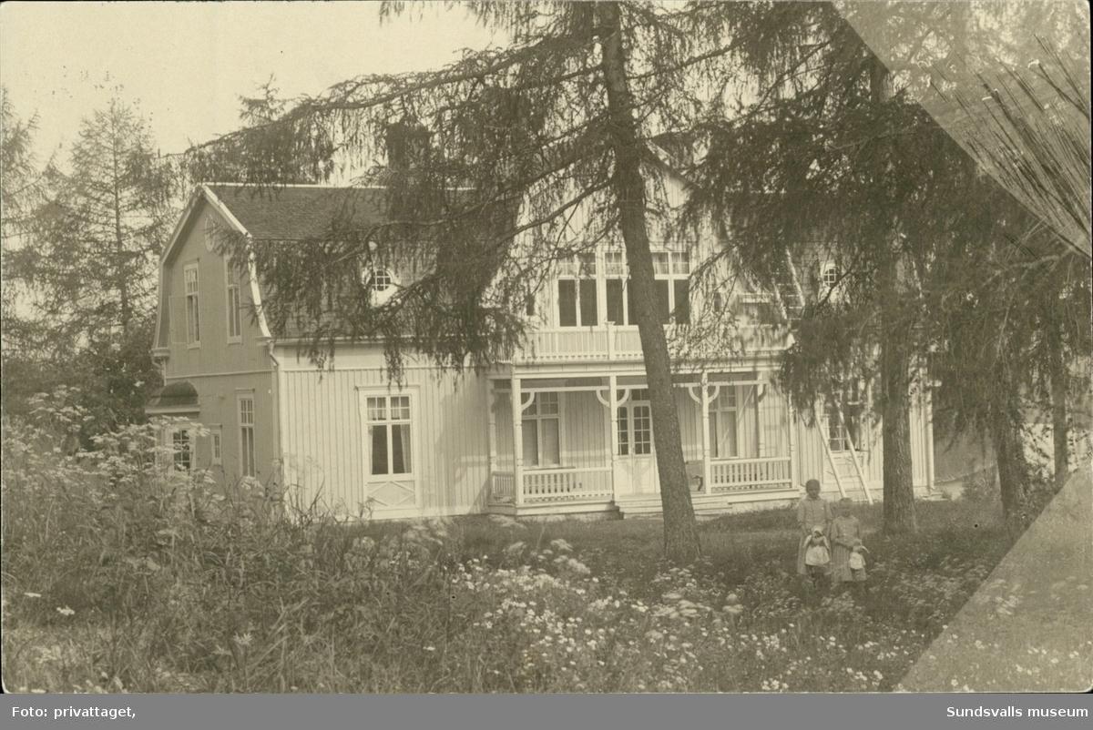 Vykort med motiv över ett hus och två barn i Viskan.