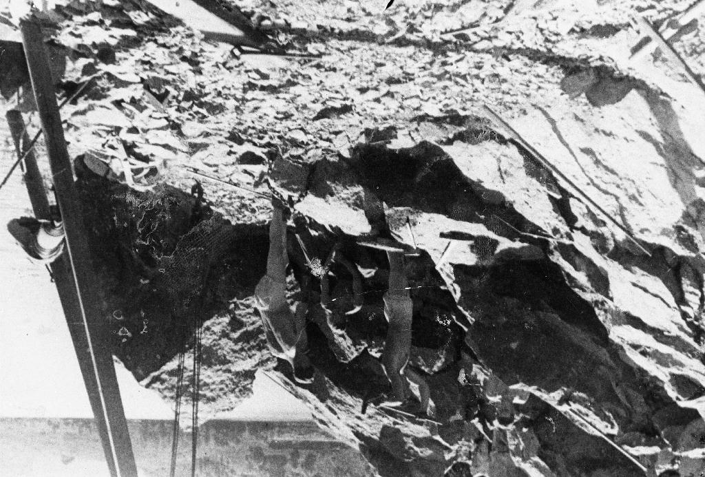 Frå vegarbeid ved Tveitavatnet i Bjerkreim under krigen. Mannen med boret er Jarluf Stensland og Anders Tvedt med feisel. Sjå også : 1990.1TIM.25.013, 1990.1TIM.25.014, 1990.1TIM.25.016 og 1990.1TIM.25.017