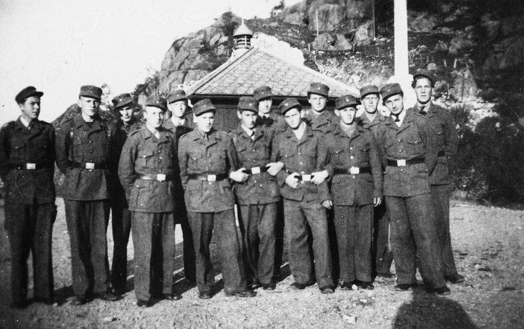 Ein del av dei som var med i Arbeidstjenesten under 2. verdskrig. lengst t.v. står Jarluf Stensland.