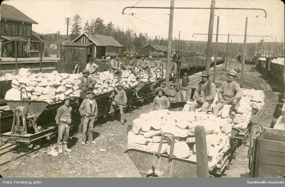 Vykort med motiv över ett arbetslag som lastar kalksten för vidare transport till Karbidfabriken i Alby.
