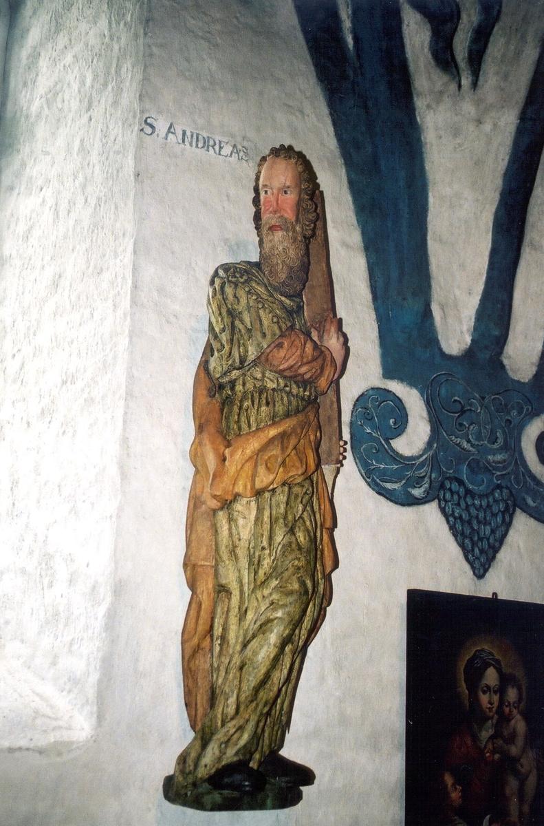Träskulpturer föreställande apostlarna Andreas och Simon i Brahekyrkan på Visingsö, Jönköpings kommun.
