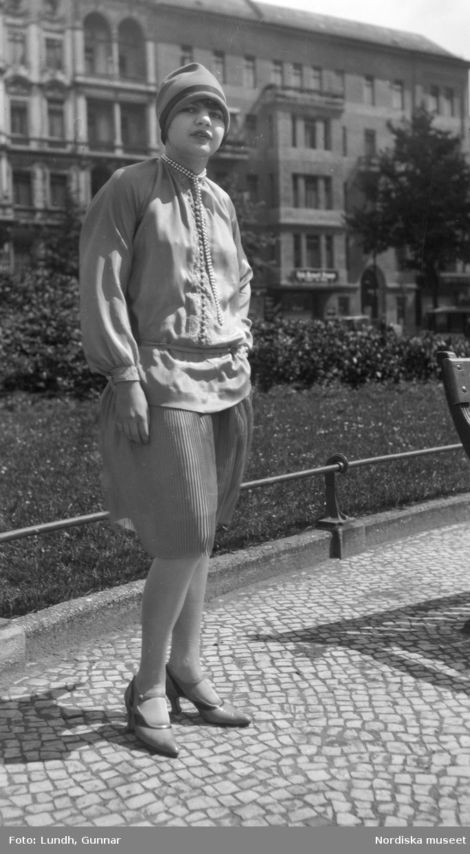 """Motiv: (ingen anteckning) ; Tom kontaktkarta, anteckningar på kontaktkarta 282 """"turist på alptopp"""" 283 - 308 """"div. bekanta o obekanta i Berlin 1925 - 27"""""""