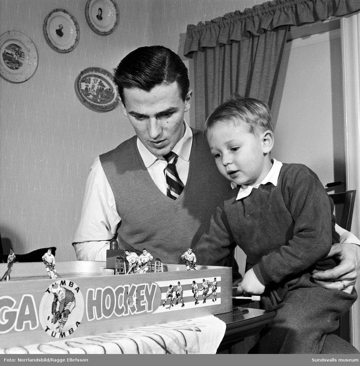 Bröderna Sören och Östen Boström, ishockeyspelare i Wifsta/Östrand. Här spelar de bordshockey hemma hos Sörens familj. Reportagebilder för Expressen.