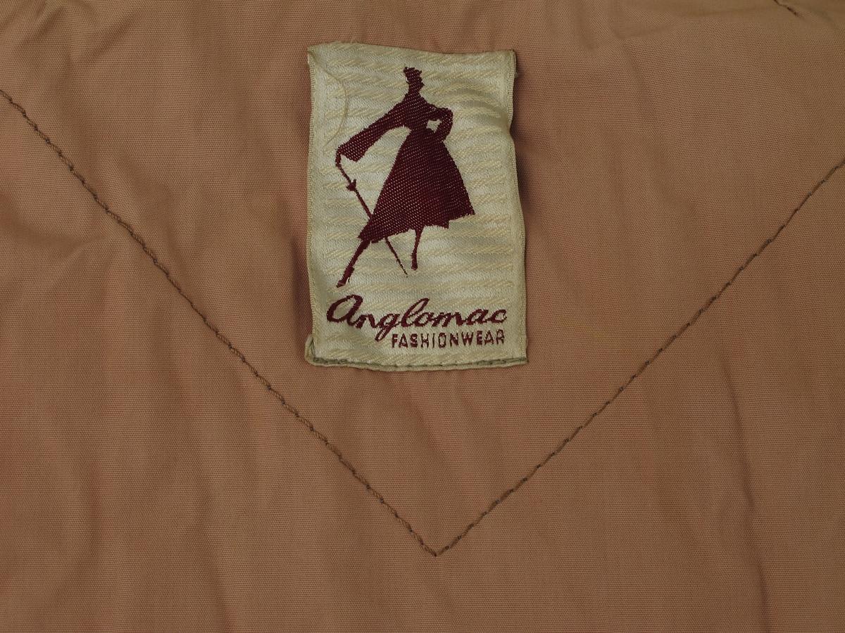 Kåpe, Gråbrun med lyst brunt for. Falske lommeklaffer.
