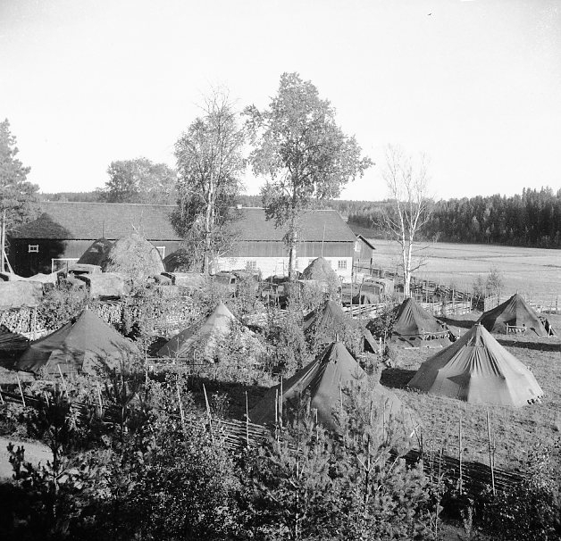 Tältförläggning vid bondgård.