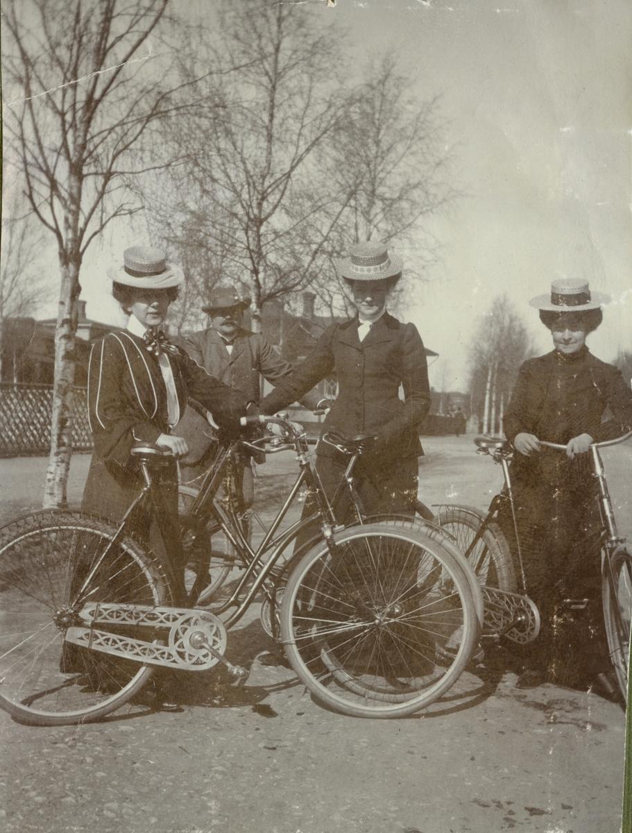 Gruppbild med cyklister.