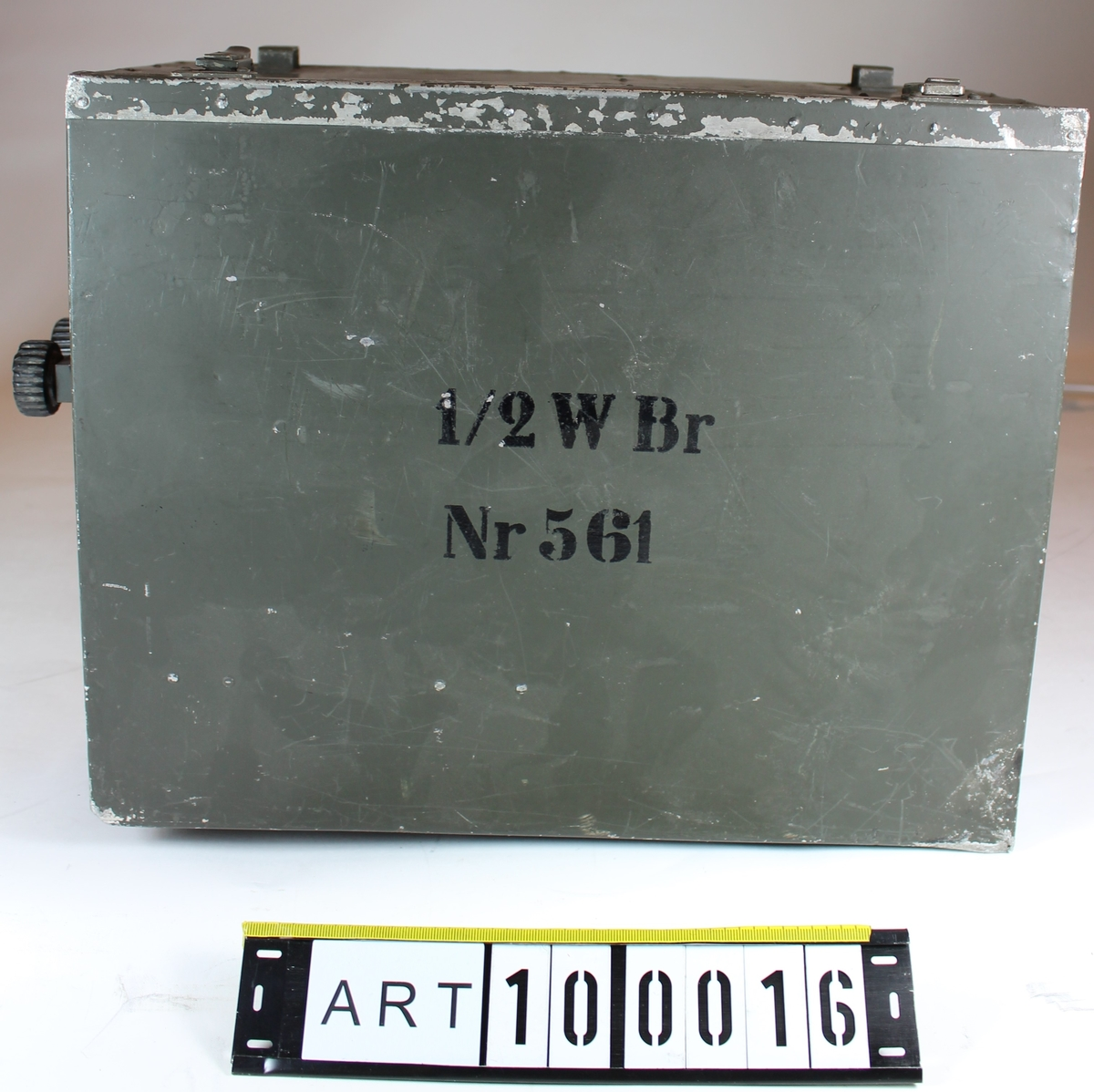 """½ Watts Bärbar Radiostation (½ W Br m/40)  Radiostation från Marconi, typ H-9 tillverkad av SRA (Svenska Radio Aktiebolaget).  Stationen är en kombinerad AM sändare och superregenerativ mottagare, endast två rör används. Vid sändning arbetar det ena röret som oscillator och det andra som moduleringsförstärkare.  Vid mottagning arbetar det ena röret som superregenerativ detektor och det andra som lågfrekvensförstärkare.  Radiostationen inköptes i stort antal, trots att man var medveten om svagheter och allvarliga konstruktionsmissar i konstruktionen. Dessa visade sig senare vara så allvarliga att när radiostationen kom ut på förbanden bedömdes den som obrukbar. En tid senare skrotades alla radiostationerna.  Tekniska data Sändningsslagtelefoni (A3) Frekvensomfång54 - 63 MHz (5,25 - 4,75 meter) Rörbestyckning2 st. LP2 Strömförsörjning1 st. anodbatteri 108 V, A108 1 st. glödströmsbatterier 3 V, C3  Tillverkad avSRA (Svenska Radio Aktiebolaget), Stockholm  Underlag till """"beskrivning"""" är i huvudsak hämtat ur Försvarets Historiska Telesamlingar Armén, sammanställning över arméns lätta radiostationer under 1900-talet av Sven Bertilsson och Thomas Hörstedt (Grön radio)."""