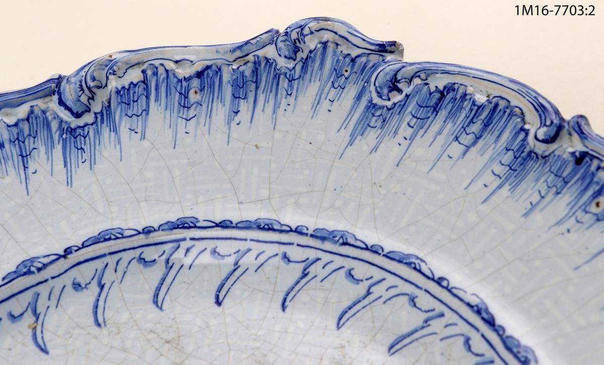 Fat med handmålad dekor bianco sopra bianco samt koboltblått. Fatet har Rehnska mönstret och märkning i botten undertill, Stockholm 17/6 60 CE. Det kan utläsas som Stockholm (Rörstrand), 17 juni 1760, Carl Erik Löfström (målare/målargesäll).