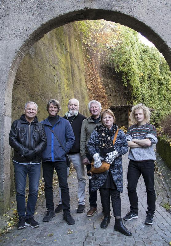 """Lars Klevstrand, Steinar Ofsdal, Carl Morten Iversen, Jon Arne Corell, Kari Svendsen og Pål """"Moddi"""" Knutsen er klare for konsert på Rockheim 24. mai."""