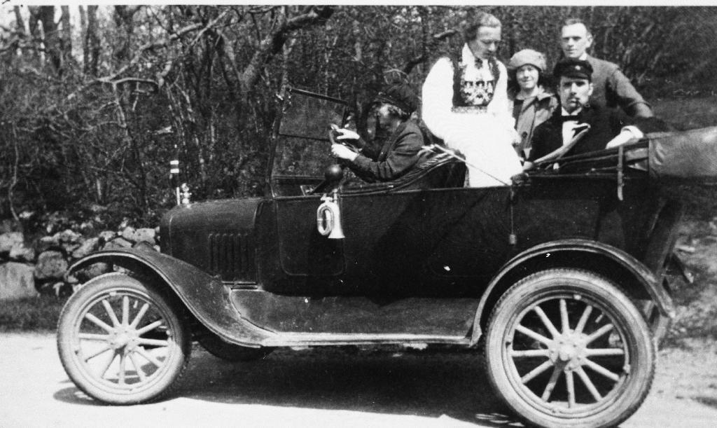 Frå Mossigelunden 17. mai 1925. Ved rattet Gudrun Laland (bilen sto stille), Dagny Tyse i Hardangerbunad, Olga Årrestad,  styrar ved Jæren Forbruksforening Hodnekvam, Mikkjel Haugstveit med studentlue. Han var lærar ved Rogaland Off. Landsgymnas.
